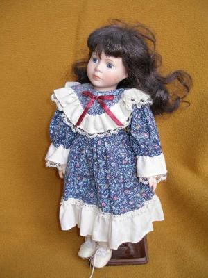 Bábika - tmavovláska v modrom s červenou mašličkou