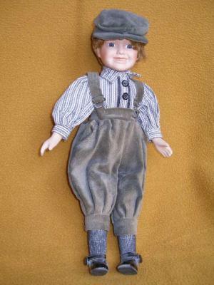 Bábika-chlapček v šiltovej čapici