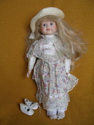 Bábika- dievčatko so slamenným klobúčikom