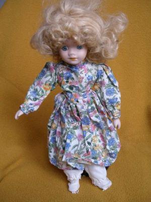 Bábika- s bujnými vlasmi v kvetových šatôčkach