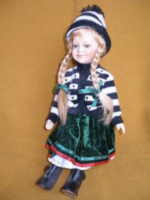 Bábika-blondinka s vrkočmi a čiapkou