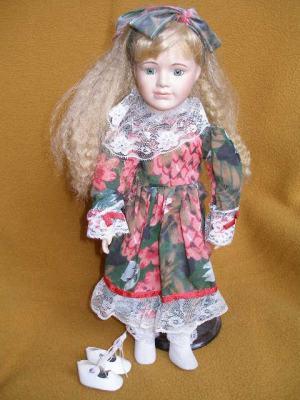 Bábika - blondínka s veľkou mašlou v kvetovaných šatoch s čipkovým lemom