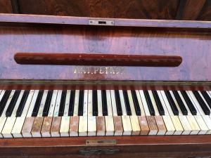 Klavír Ant Petrof