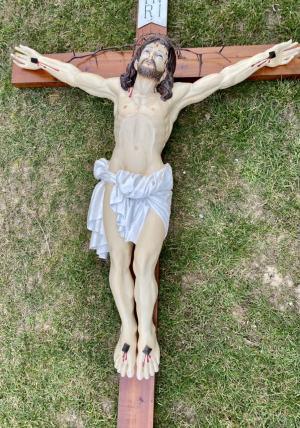 Drevená socha Krista na kríži
